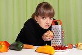 Mädchen mit gemüse-portrait — Stockfoto