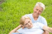 старая пара на траве — Стоковое фото
