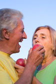 Pareja de ancianos con manzanas — Foto de Stock