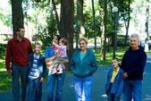 Leuke familie in een park — Stockfoto