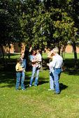 Familie van een zes in het park — Stockfoto