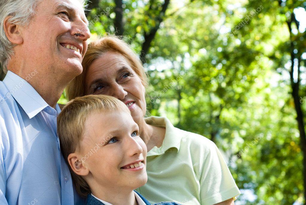 一个可爱的男孩和他的祖父母的肖像— 照片作者 aletia