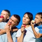 familjen äta stående — Stockfoto