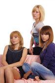 Mädchen am sofa — Stockfoto