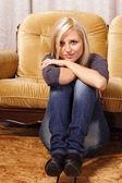 Linda rubia en el sofá — Foto de Stock