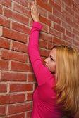 Kızı duvara poz — Stok fotoğraf