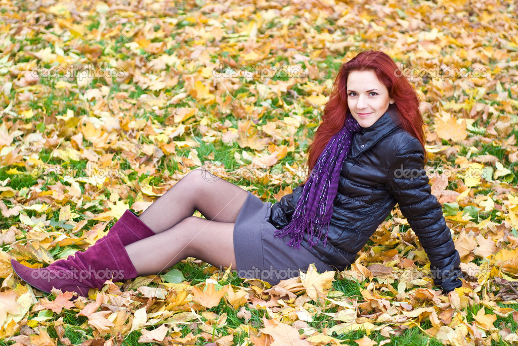 Cute adult  girl posing at autumn park — Stock Photo #7379904