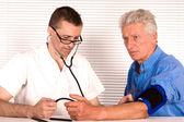 Médico e paciente idoso — Fotografia Stock