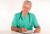 Mądry lekarz w urzędzie — Zdjęcie stockowe