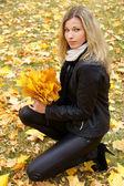 Woman in park — Stockfoto
