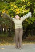 возрасте женщина в парке — Стоковое фото