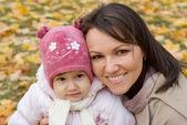 Moeder met dochter op aard — Stockfoto