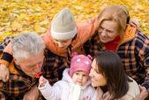 Familie in park — Stockfoto