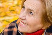 Bonita mulher envelhecida na natureza — Foto Stock