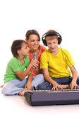 Madre e hijos con piano — Foto de Stock