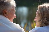 Oude paar op aard — Stockfoto