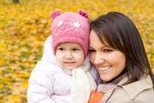 Maminka a její miminko v přírodě — Stock fotografie