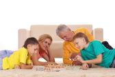 家庭地毯在玩游戏 — 图库照片