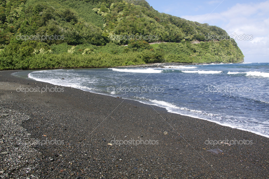 A black sand beach on the island of maui — Stock Photo #7810405
