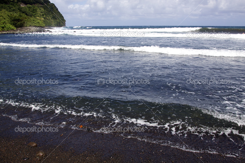 Powerful ocean waves on a black sand beach on the island of maui — Stock Photo #7810507