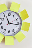 Clock and Adhesive Note — Stock Photo