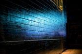 Blauw licht reflecteren over bakstenen muur — Stockfoto