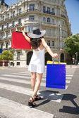 счастливая женщина, ходьба с сумки на пешеходный переход — Стоковое фото