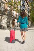 Grön kofta resenär väntar — Stockfoto