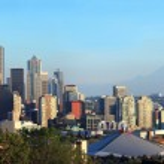 Seattle skyline panorama at sunset & Mt. Rainier. — Stock Photo