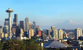 Seattle skyline panorama at sunset & Mt. Rainier. — Stock Photo