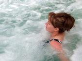 Desfrutando de uma banheira de hidromassagem. — Foto Stock