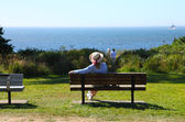 Sitting on a bench looking at the Pacific ocean. — Stock Photo