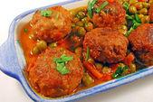エンドウ豆とソースのミートボール — ストック写真