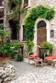 Pequeña plaza entre las casas de assergi - abruzzo - italia — Foto de Stock