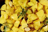 La preparazione delle patate arrosto — Foto Stock