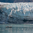 Tiny boat and glacier — Stockfoto