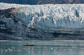 Tiny boat and glacier — Stock Photo
