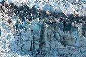在冰川的黑色应力标记。 — 图库照片