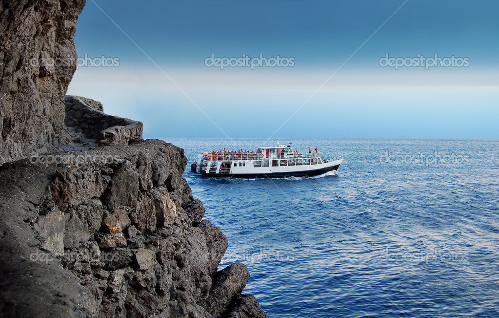 Boat over rock — Stock Photo #6891042