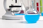 Microscoop en het laboratorium flacks — Stockfoto
