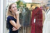 Belle femme penser shopping — Photo