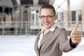 Empresária aparecendo seu polegar com sorriso — Foto Stock