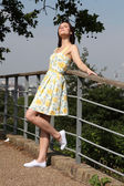 Young woman summer dress enjoys sunshine in park — Stock Photo