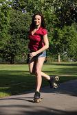 Bon amusement pour le patinage à roulettes fille longues jambes — Photo