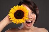 Schöne glückliche junge Mädchen Sonnenblume an ihr Gesicht — Stockfoto