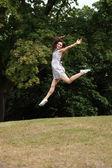 Saltar de alegría chica hermosa campiña saltando — Foto de Stock