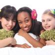 tonårsflickor blommor i håret på sleepover part — Stockfoto
