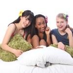 pyjamas part kul för tonårsflickor i sängen hemma — Stockfoto