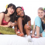 pyjamas party pedikyr för etniska tonårsflickor — Stockfoto