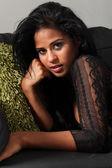 Portret mooie etnische vrouw met lang haar — Stockfoto